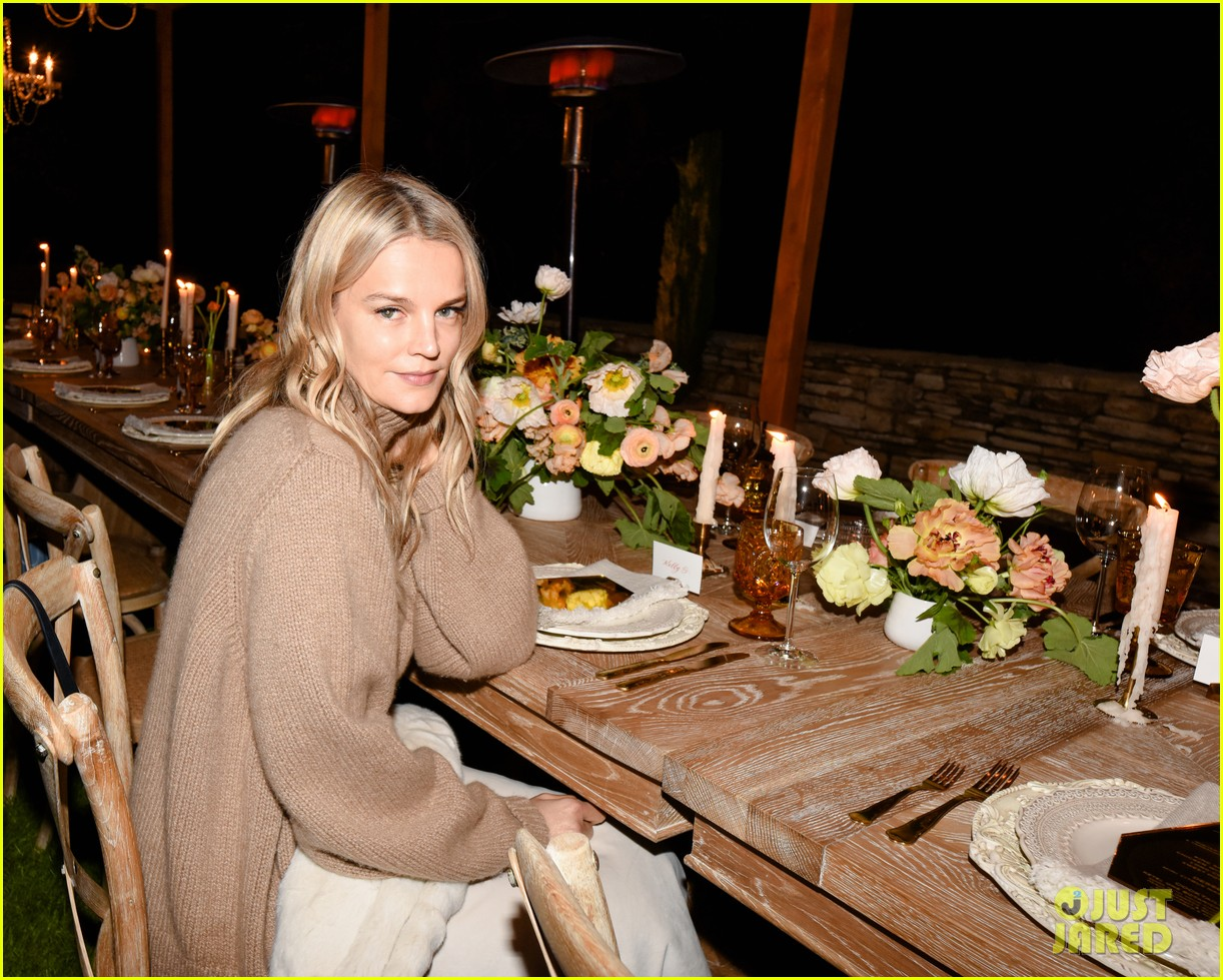 gwyneth paltrow hosts makeup free goop dinner party with kate hudson demi moore 014439717