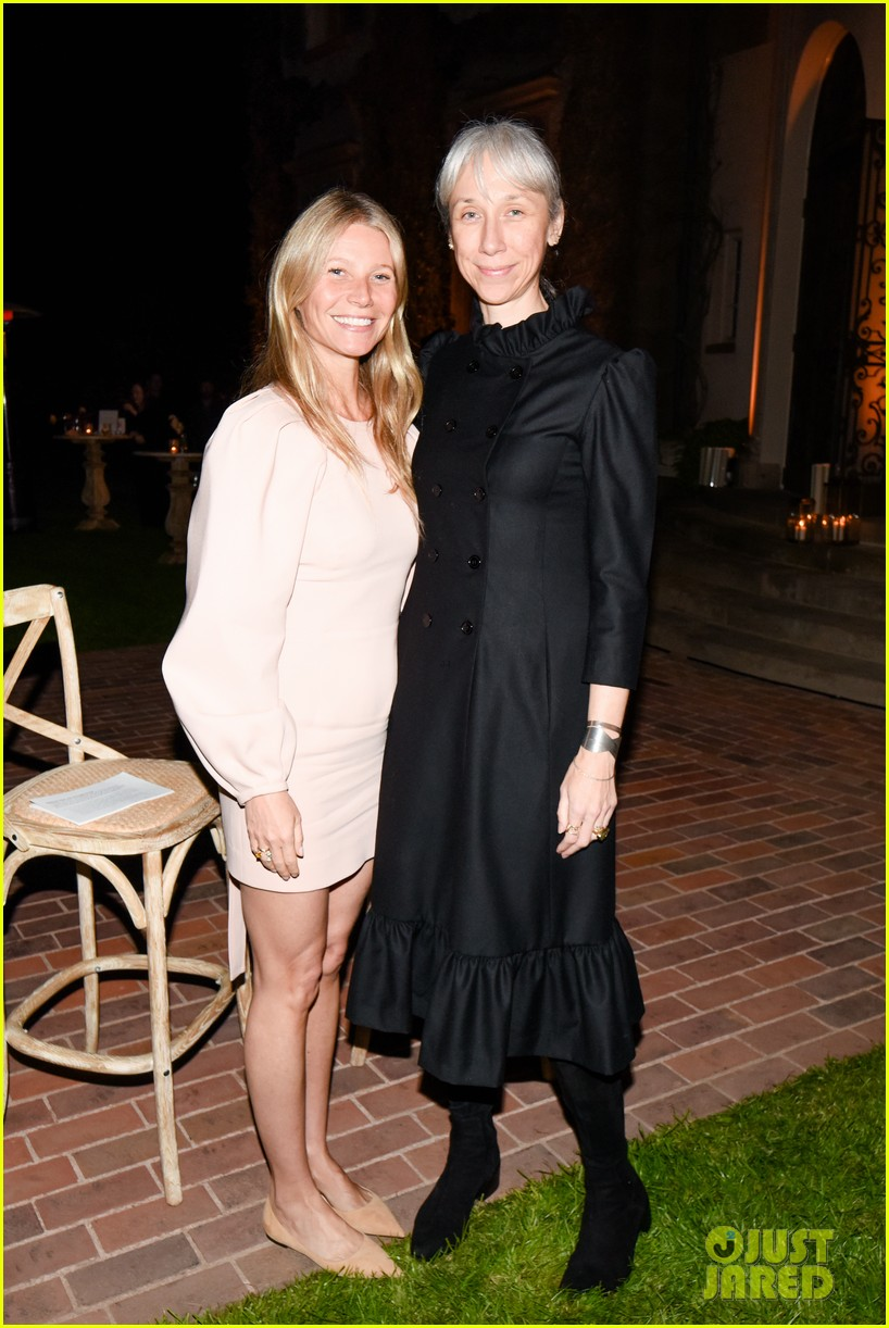 gwyneth paltrow hosts makeup free goop dinner party with kate hudson demi moore 074439723