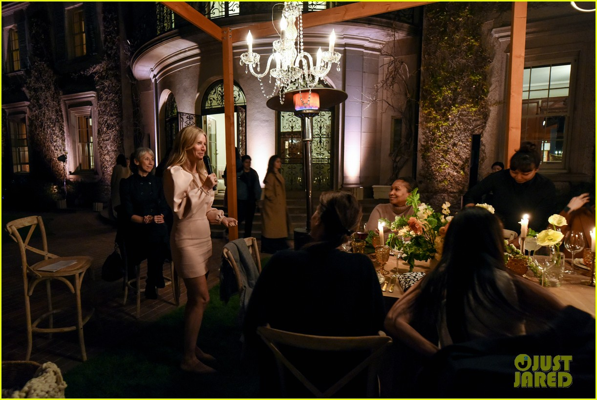 gwyneth paltrow hosts makeup free goop dinner party with kate hudson demi moore 084439724