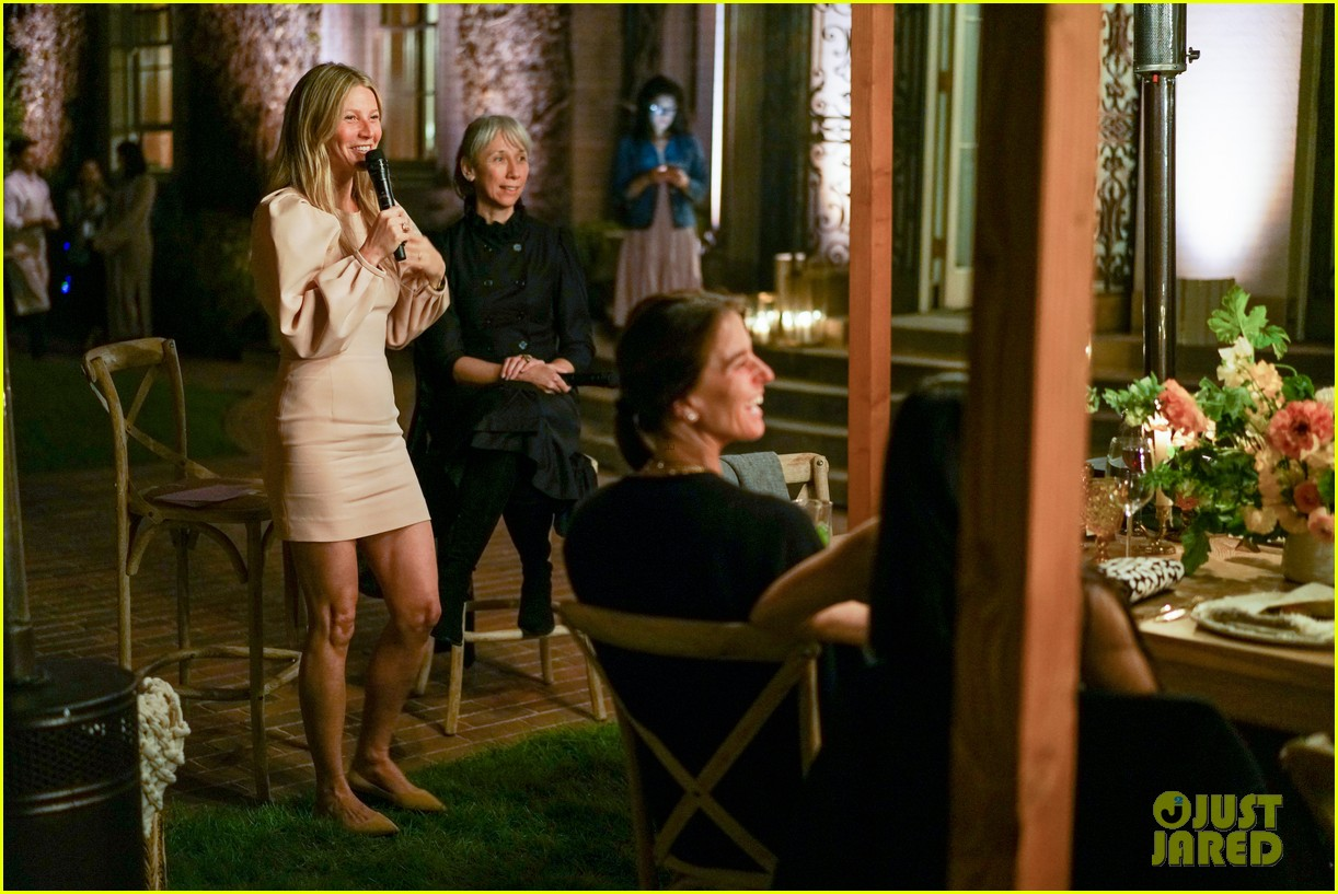 gwyneth paltrow hosts makeup free goop dinner party with kate hudson demi moore 154439731