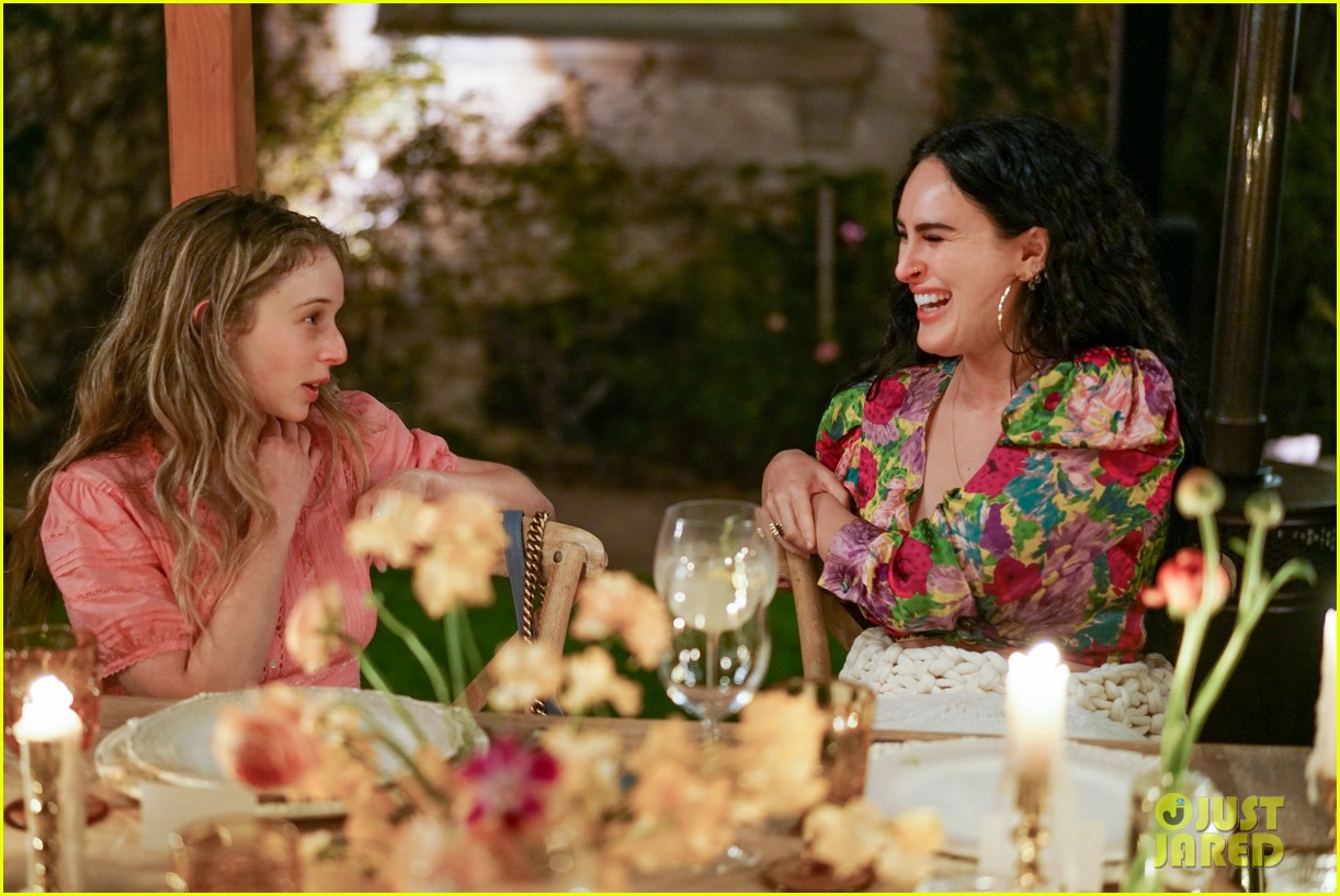 gwyneth paltrow hosts makeup free goop dinner party with kate hudson demi moore 204439736