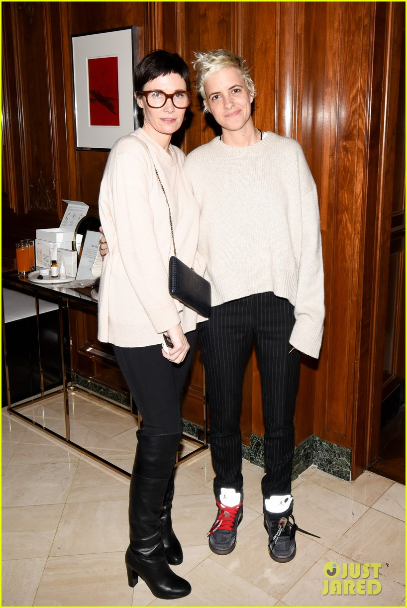 gwyneth paltrow hosts makeup free goop dinner party with kate hudson demi moore 294439745