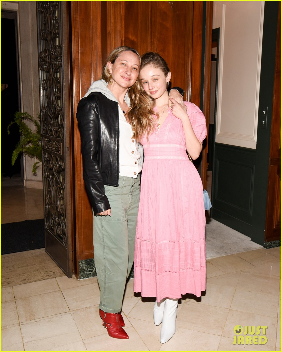gwyneth paltrow hosts makeup free goop dinner party with kate hudson demi moore 304439746