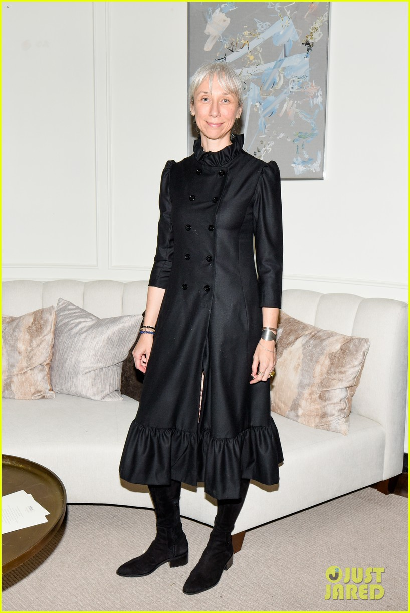 gwyneth paltrow hosts makeup free goop dinner party with kate hudson demi moore 324439748