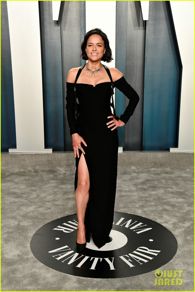 michelle rodriguez bares major leg at vanity fair oscar party 014435923