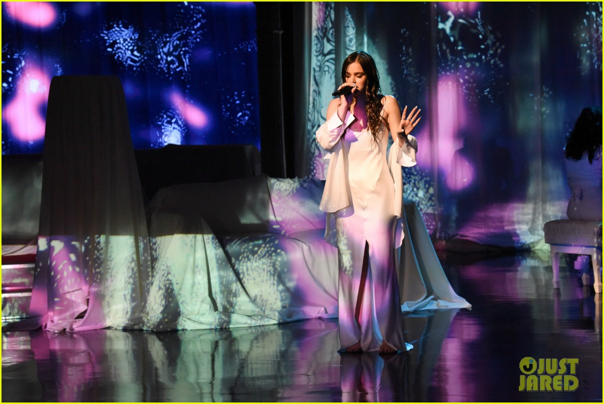 hailee steinfeld performs wrong direction for first time i didnt expect it to be as hard 044442065