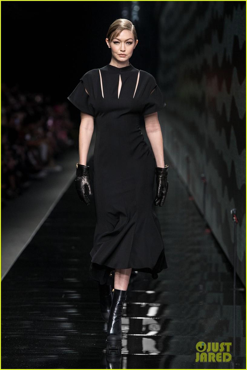 versace milan fashion show 094440588