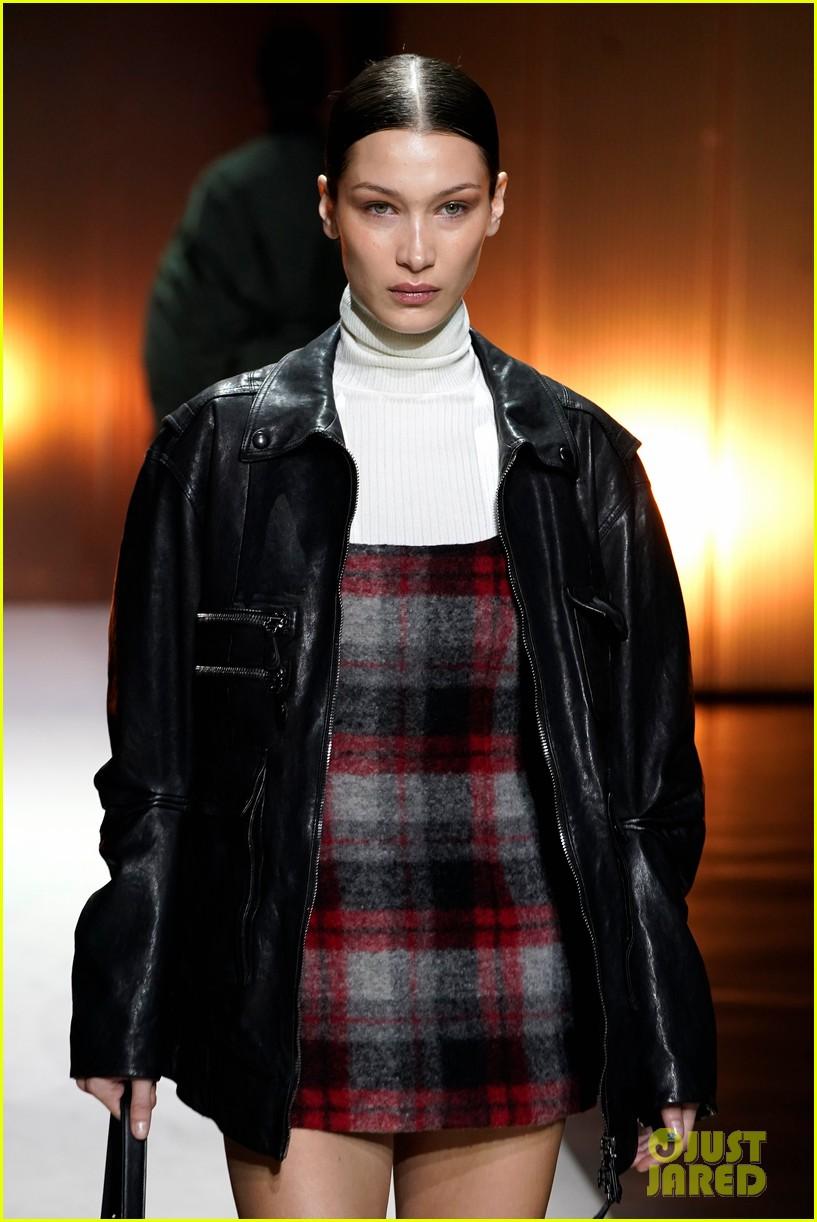 versace milan fashion show 194440598