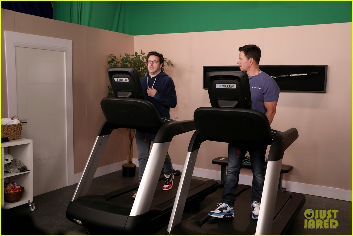 mark wahlberg goes slow walking with average andy in hilarious ellen skit 014438850