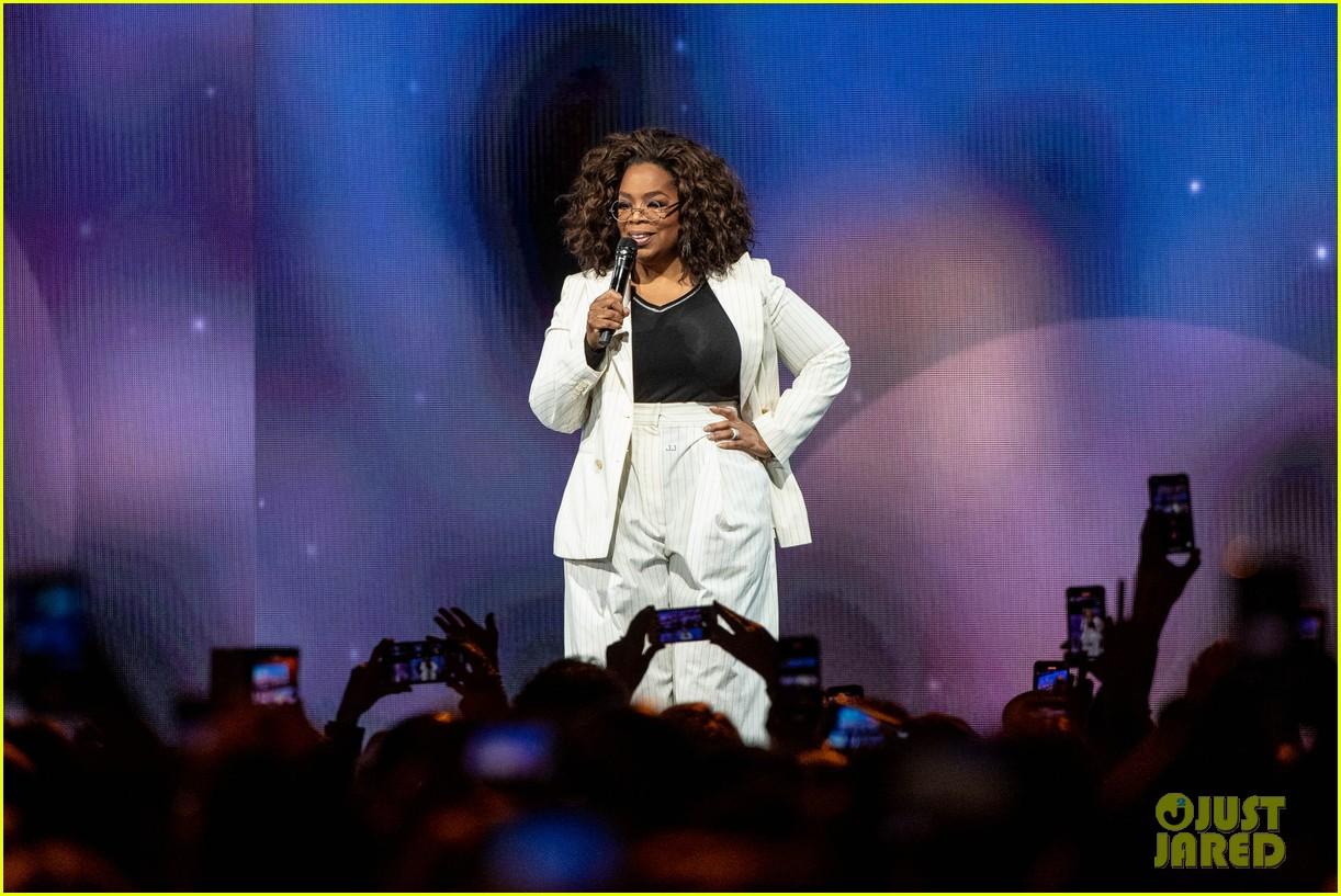oprah winfrey falls on stage 024444218