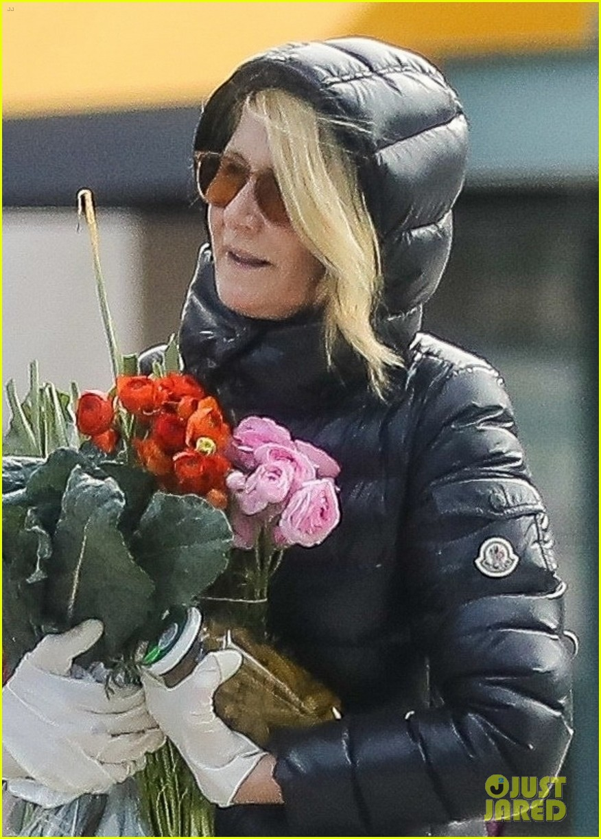 laura dern buys flowers during outing 034450300