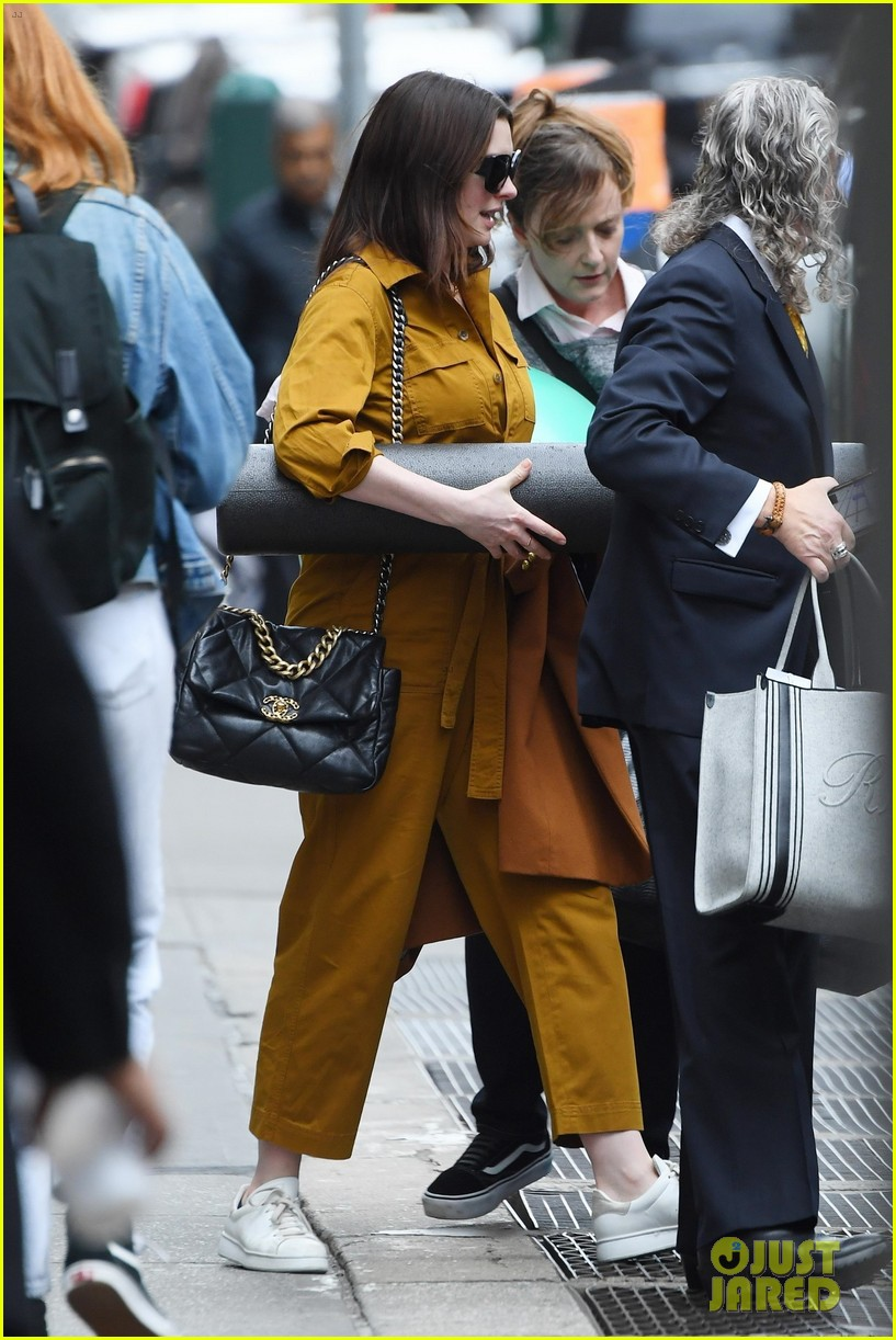 anne hathaway carries foam roller while hanging with friends 054448294