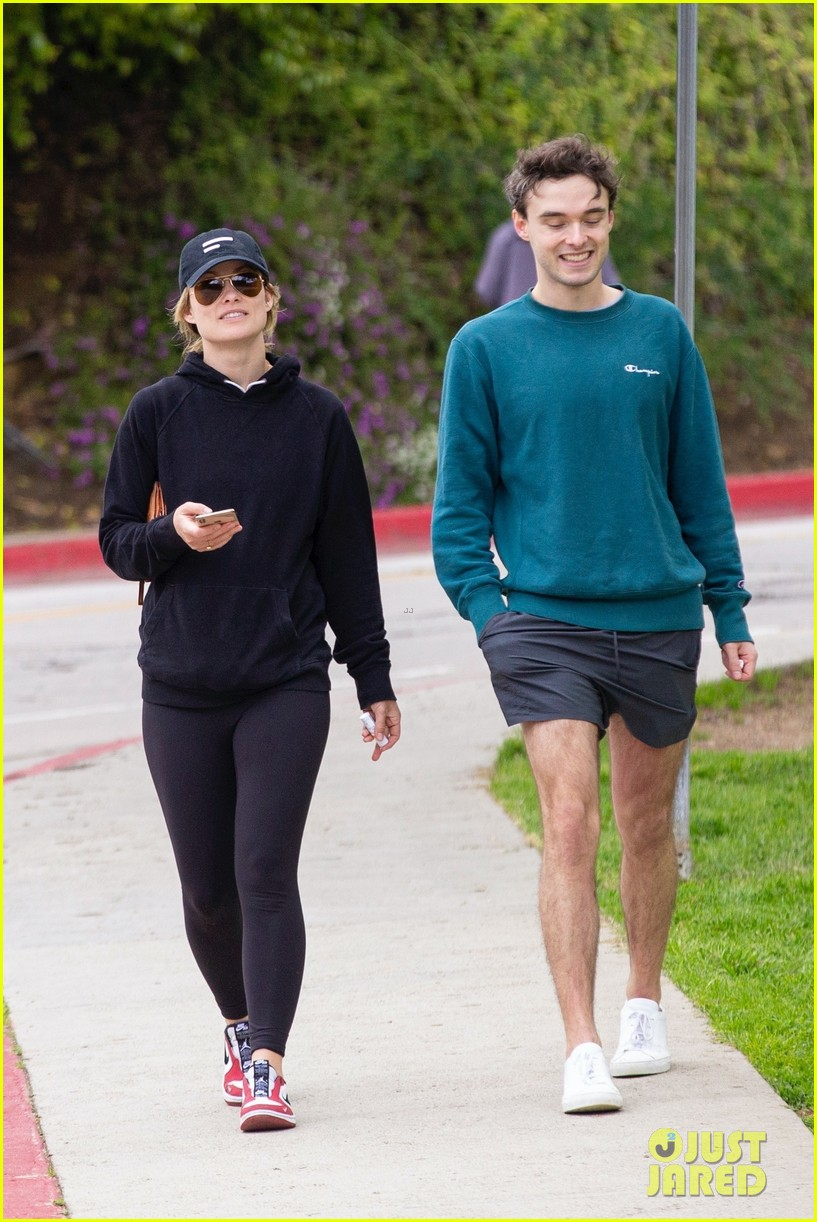 olivia wilde walk with her brother charlie cockburn 024451090