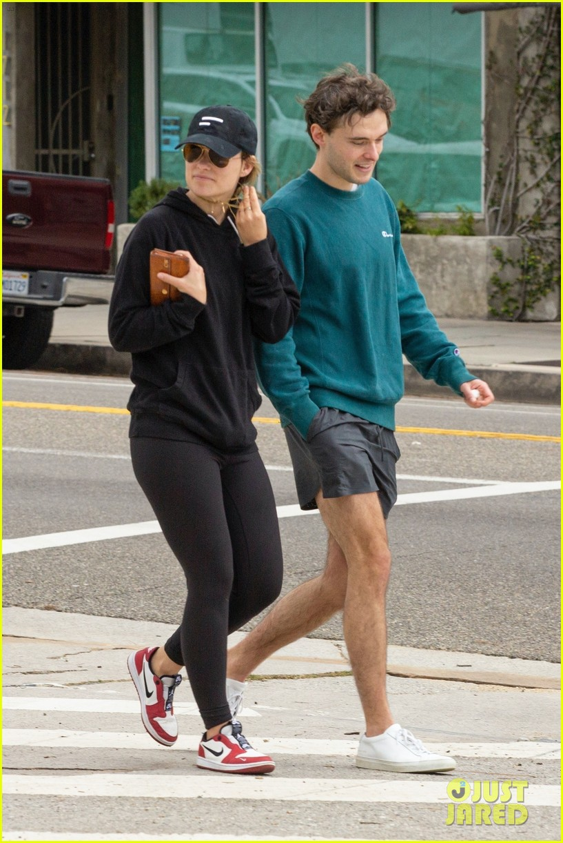 olivia wilde walk with her brother charlie cockburn 034451091