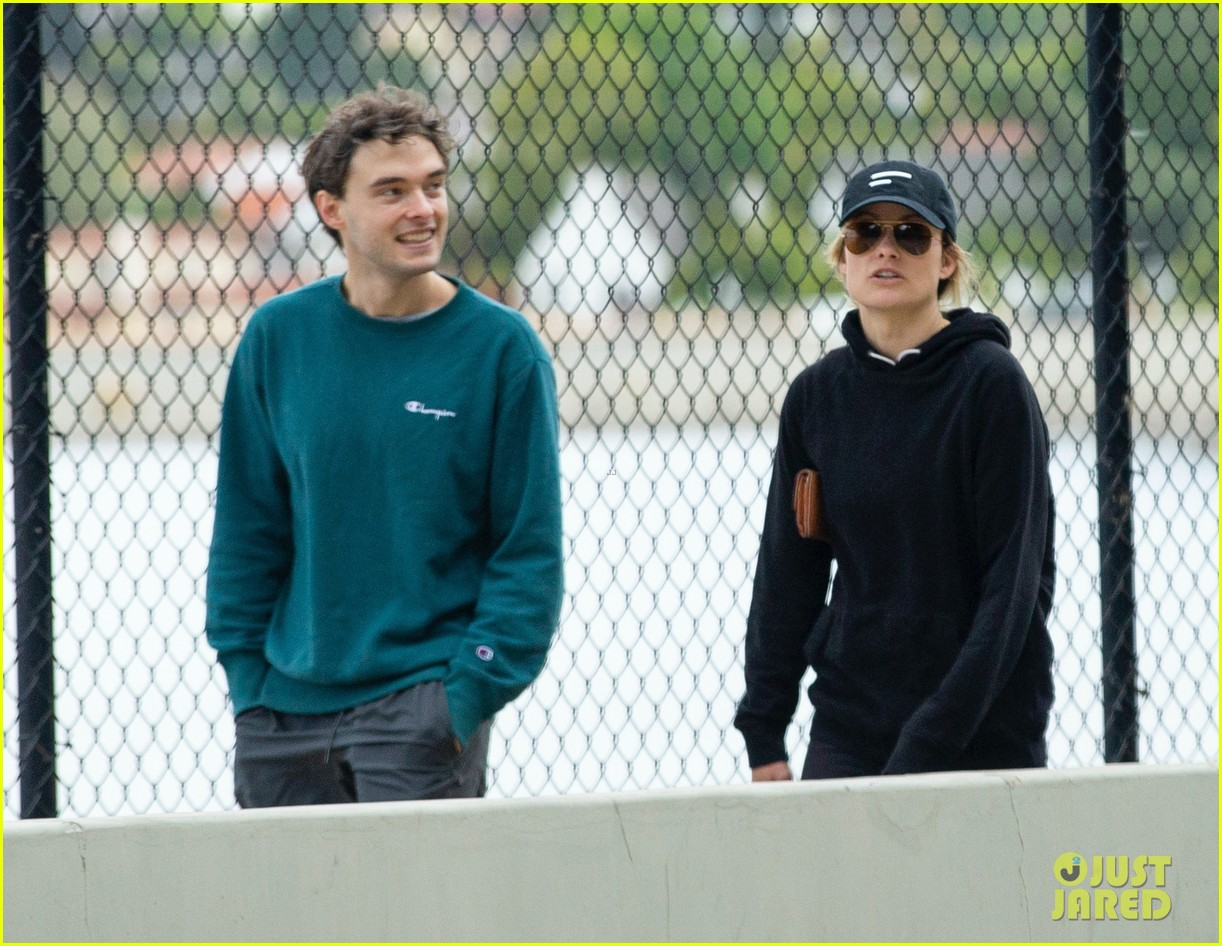 olivia wilde walk with her brother charlie cockburn 044451092