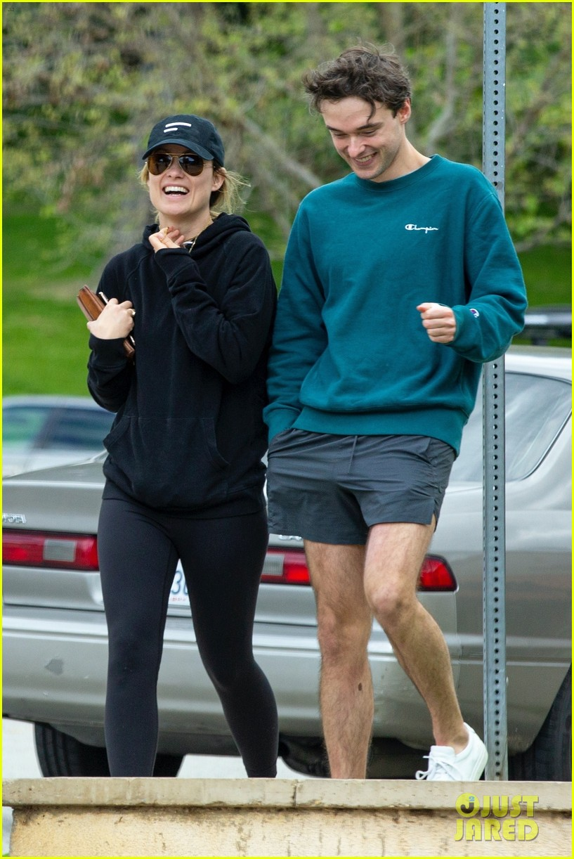 olivia wilde walk with her brother charlie cockburn 054451093