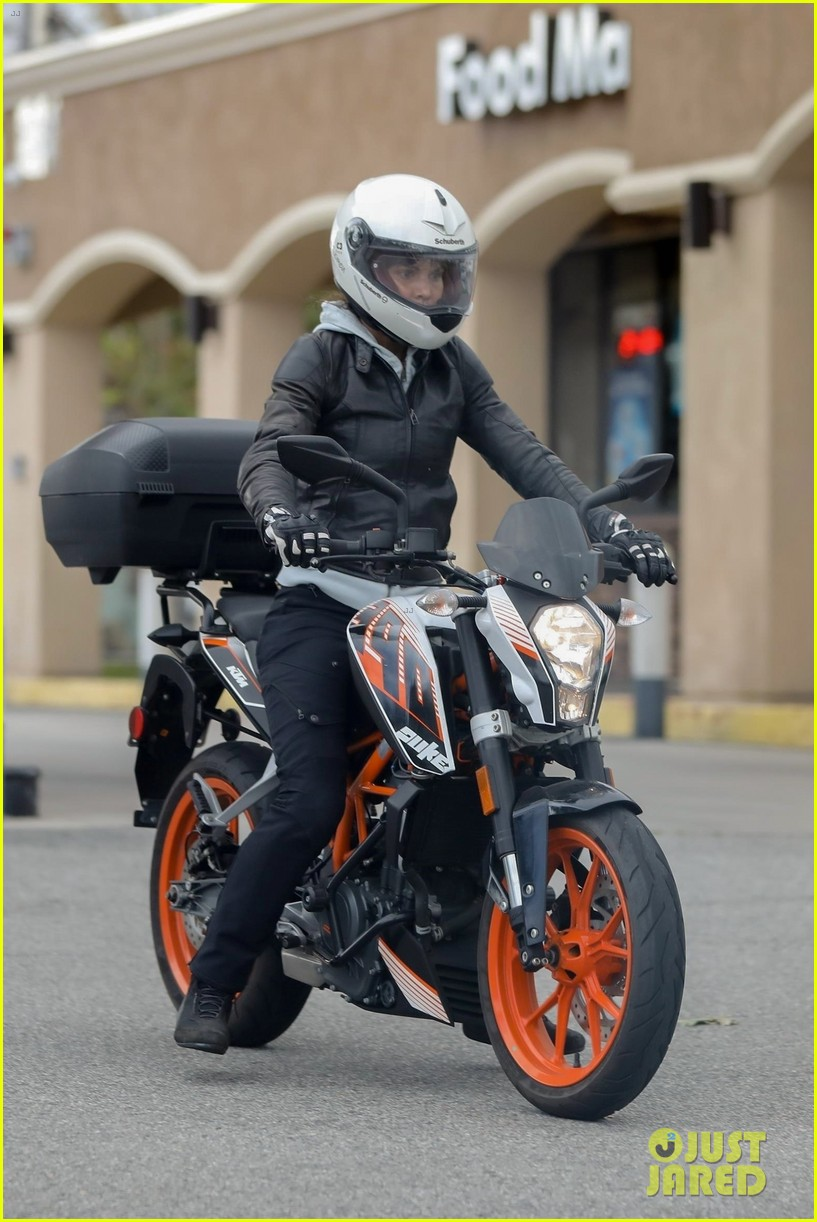 halle berry goes for motorcycle ride in malibu 014456051