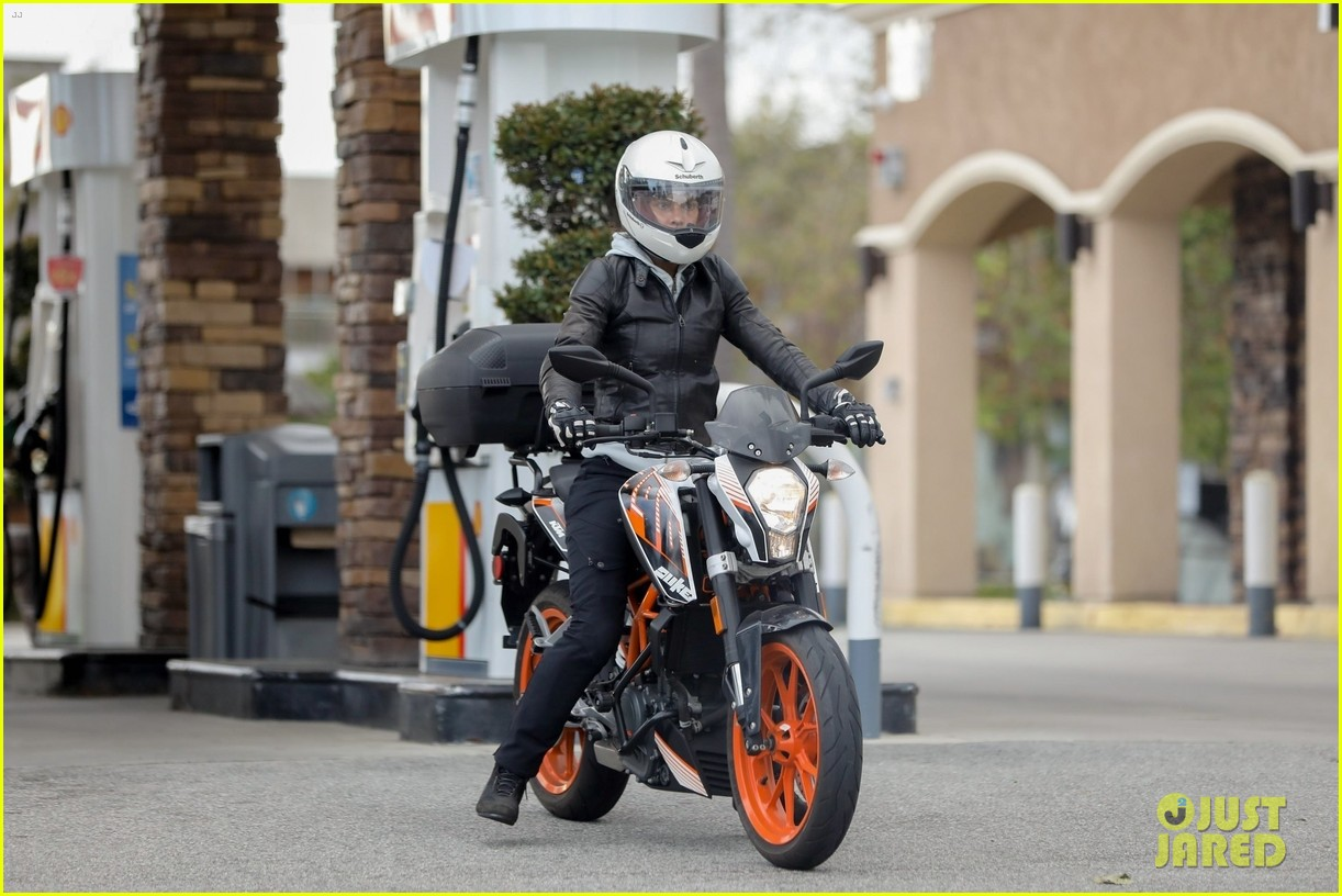 halle berry goes for motorcycle ride in malibu 034456053