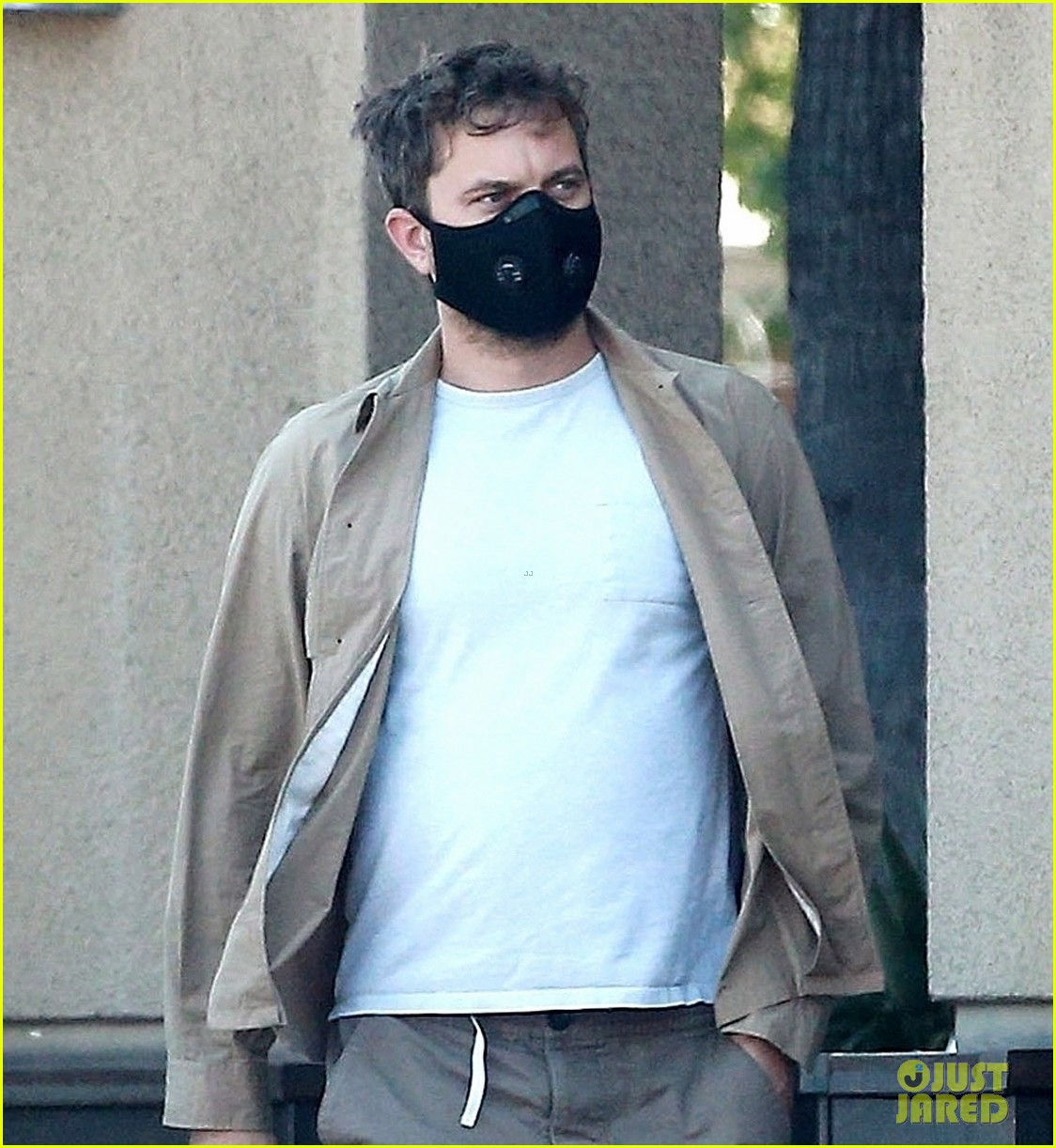 Dad-to-Be Joshua Jackson Protects Himself With A Mask