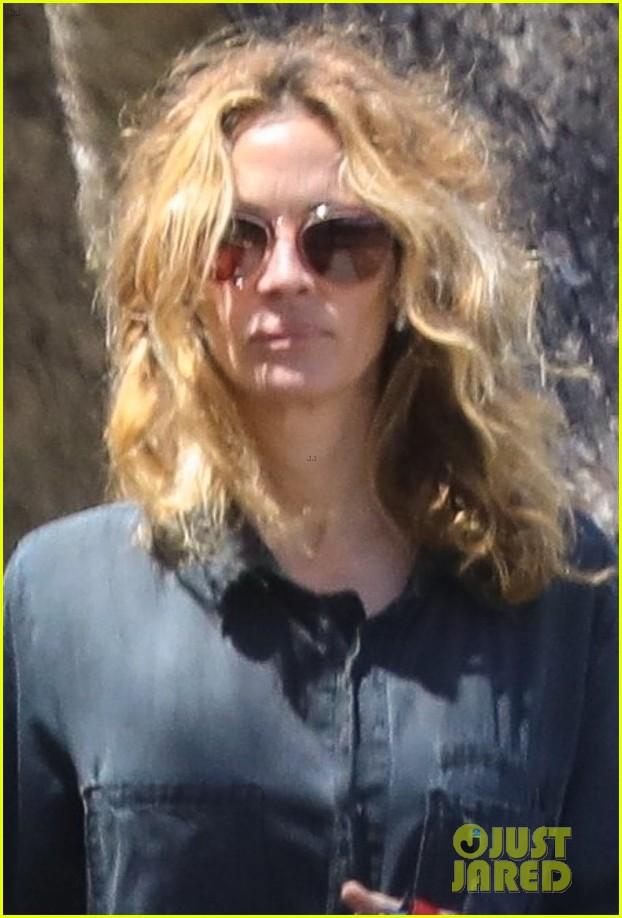 julia roberts walks dogs fab hair 024455579