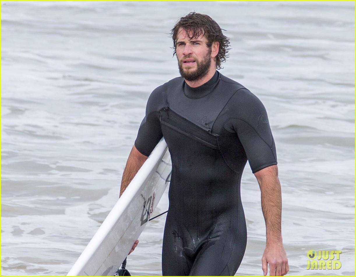 liam hemsworth wetsuit surfing 024456588