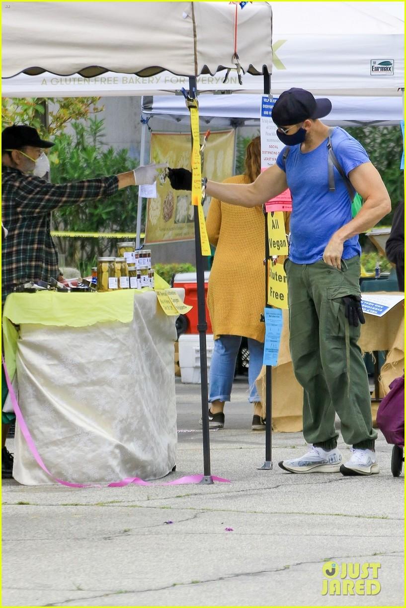 joel mchale buff biceps at farmers market 044454976