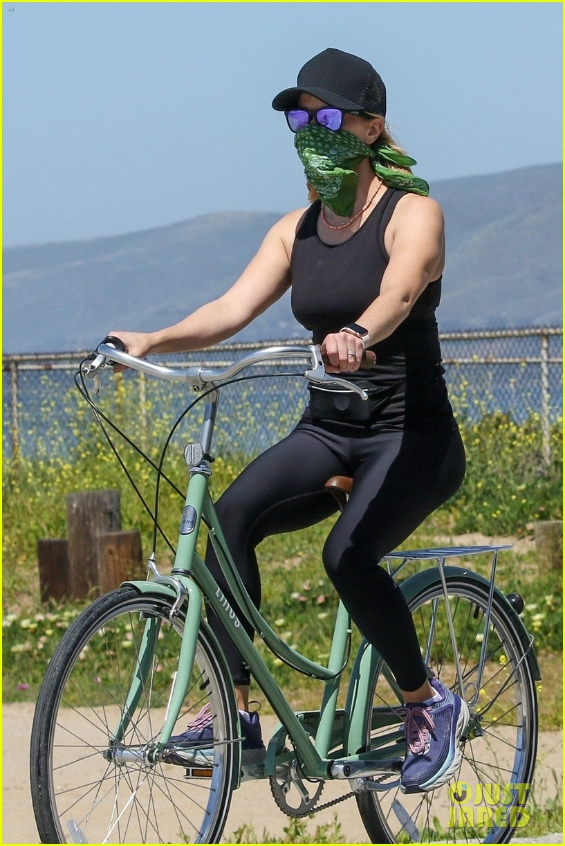 reese witherspoon bike april 2020 014455489