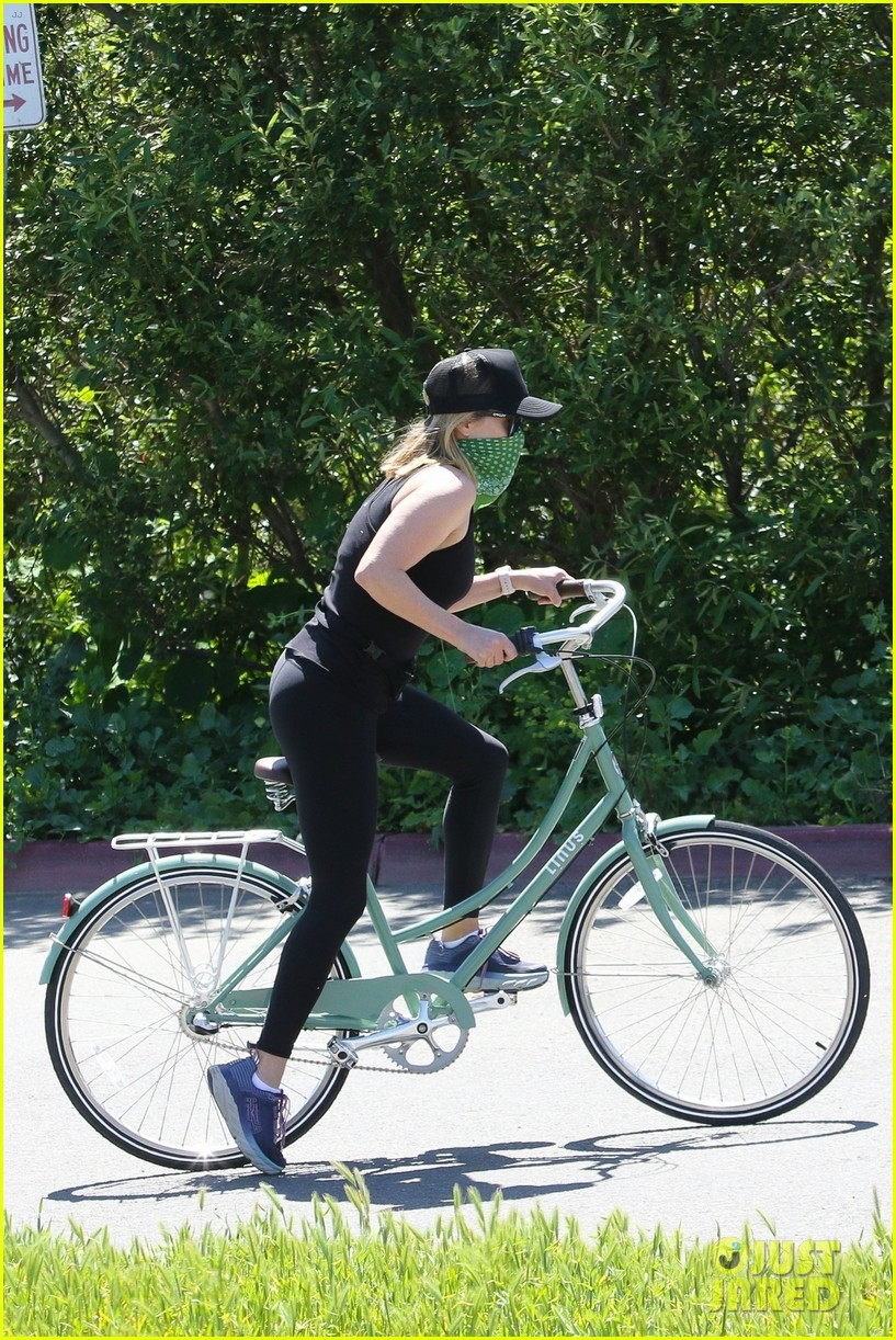 reese witherspoon bike april 2020 024455490