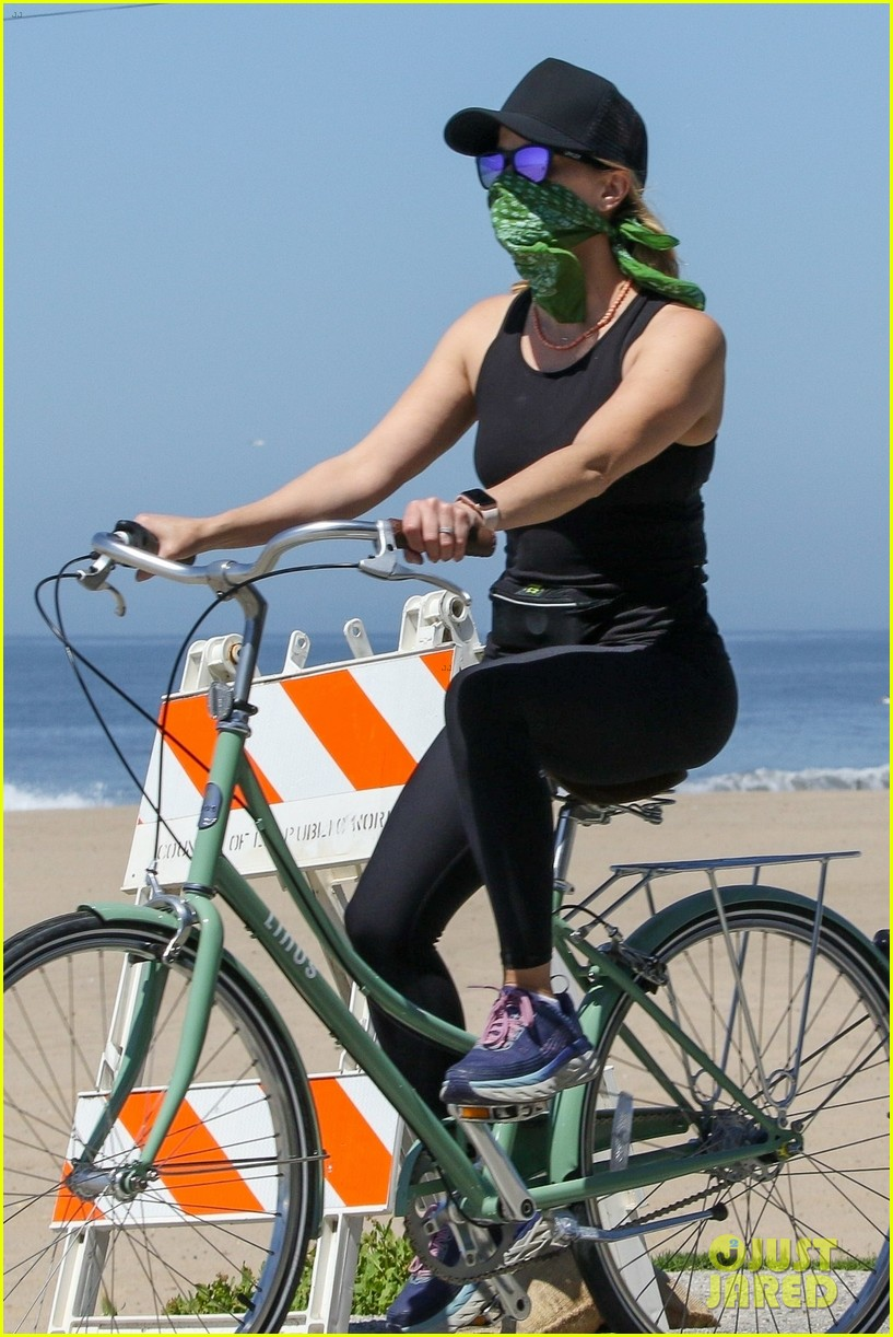reese witherspoon bike april 2020 034455491