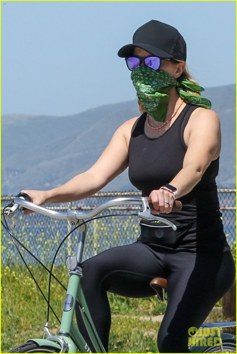 reese witherspoon bike april 2020 054455493
