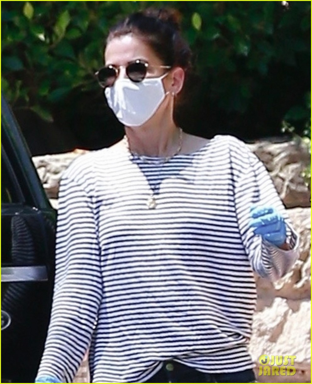sandra bullock picks up case of bananas 024457436