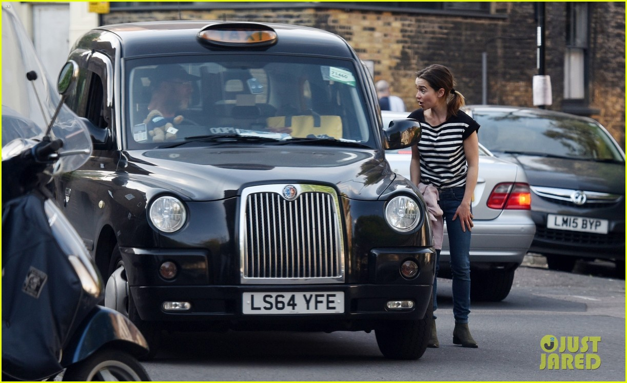 emilia clarke gets a taxi driver to deliver a package for her 014458261