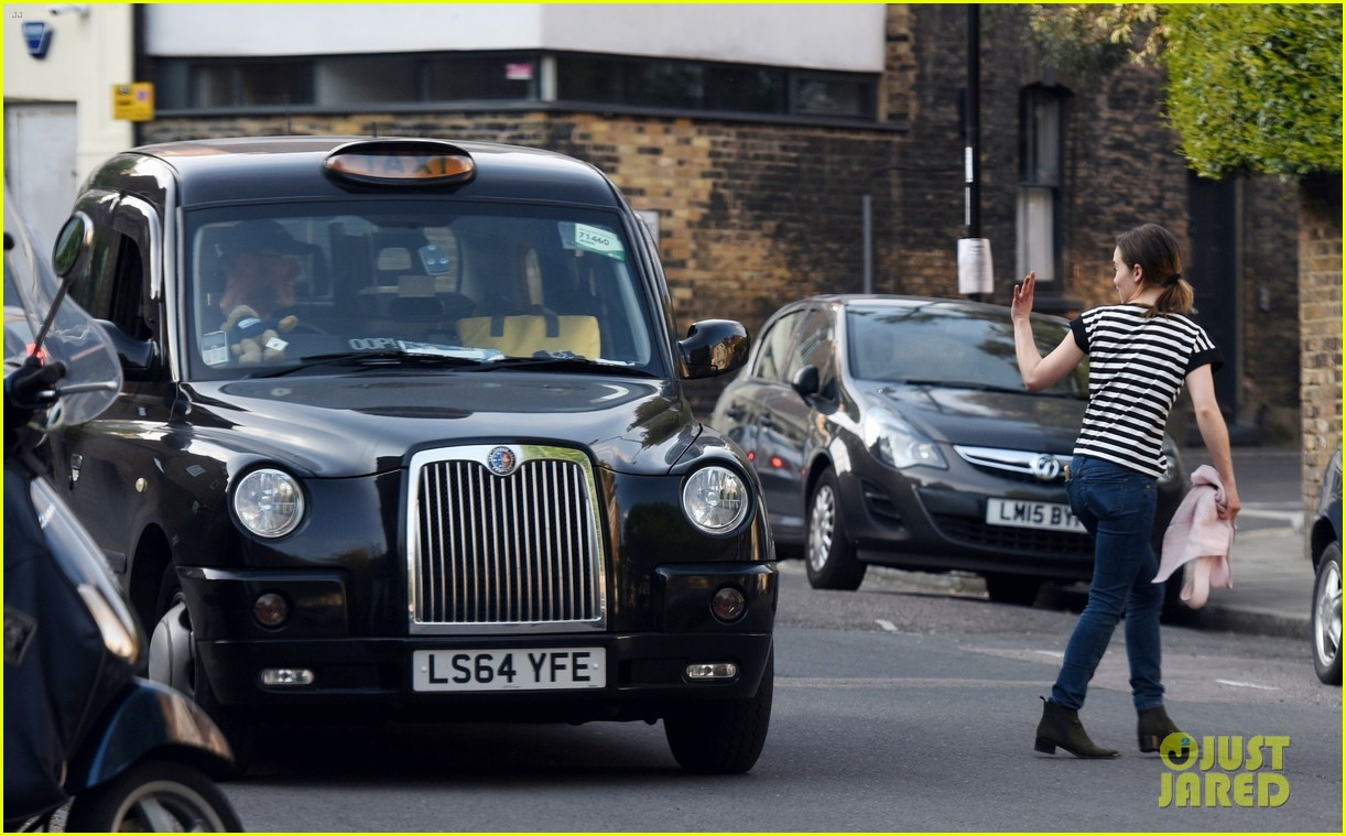 emilia clarke gets a taxi driver to deliver a package for her 034458263