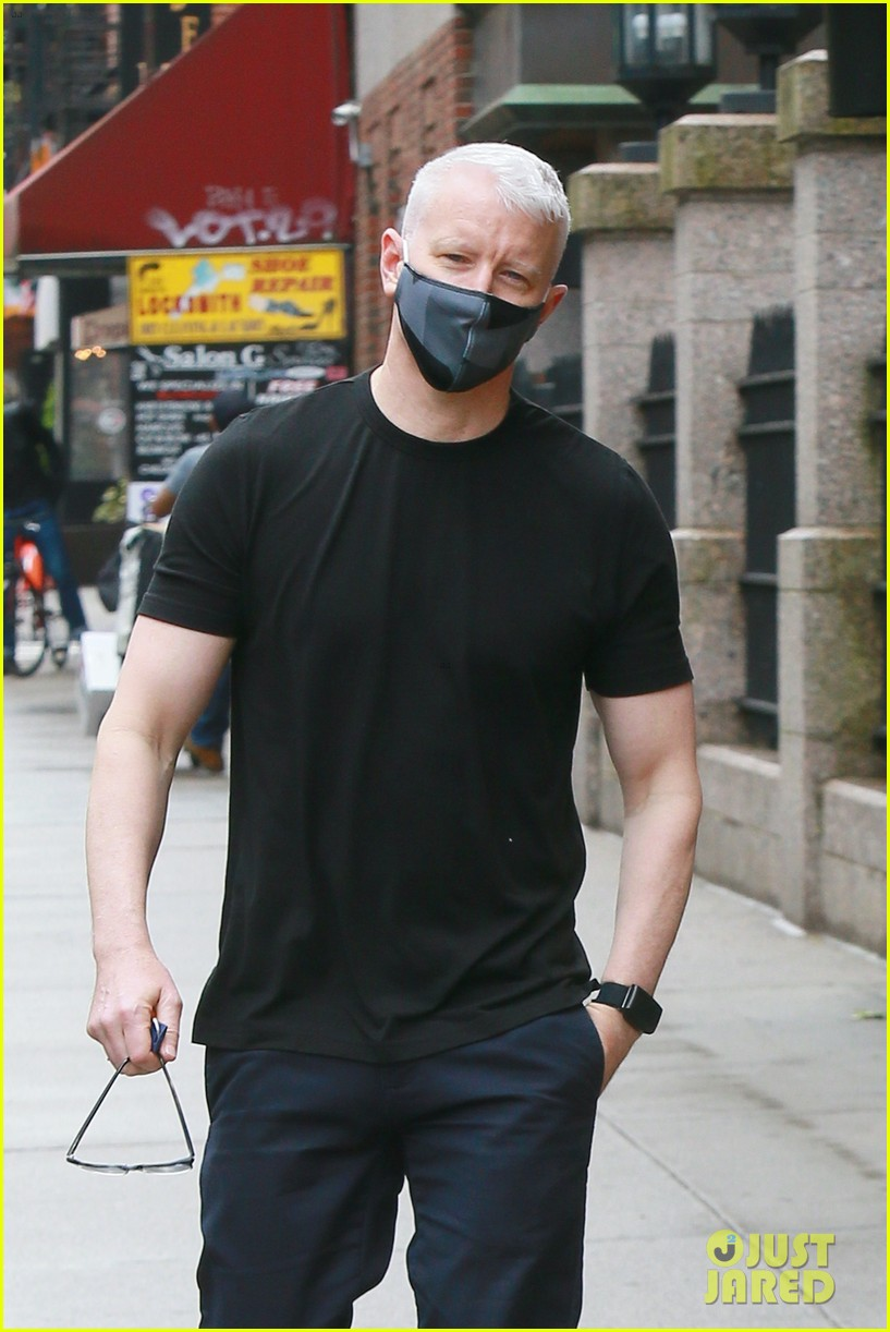 anderson cooper steps out after announcing sons birth 014457135