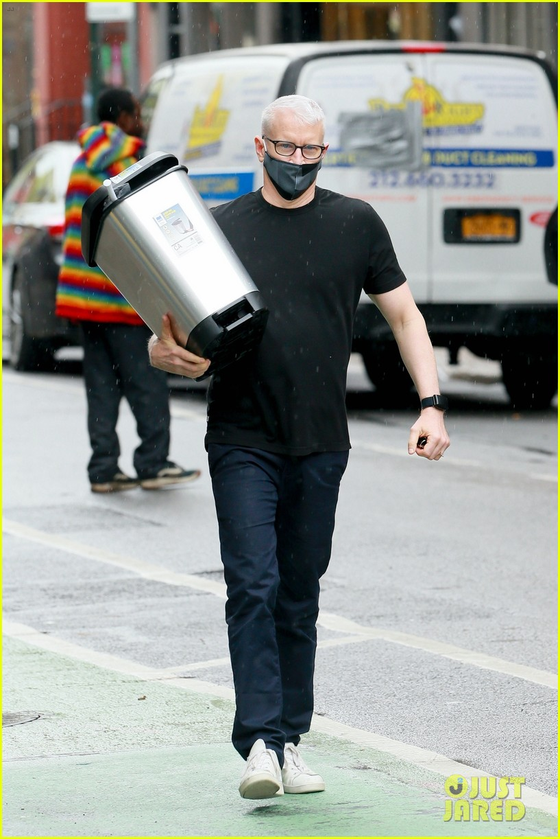anderson cooper steps out after announcing sons birth 024457136
