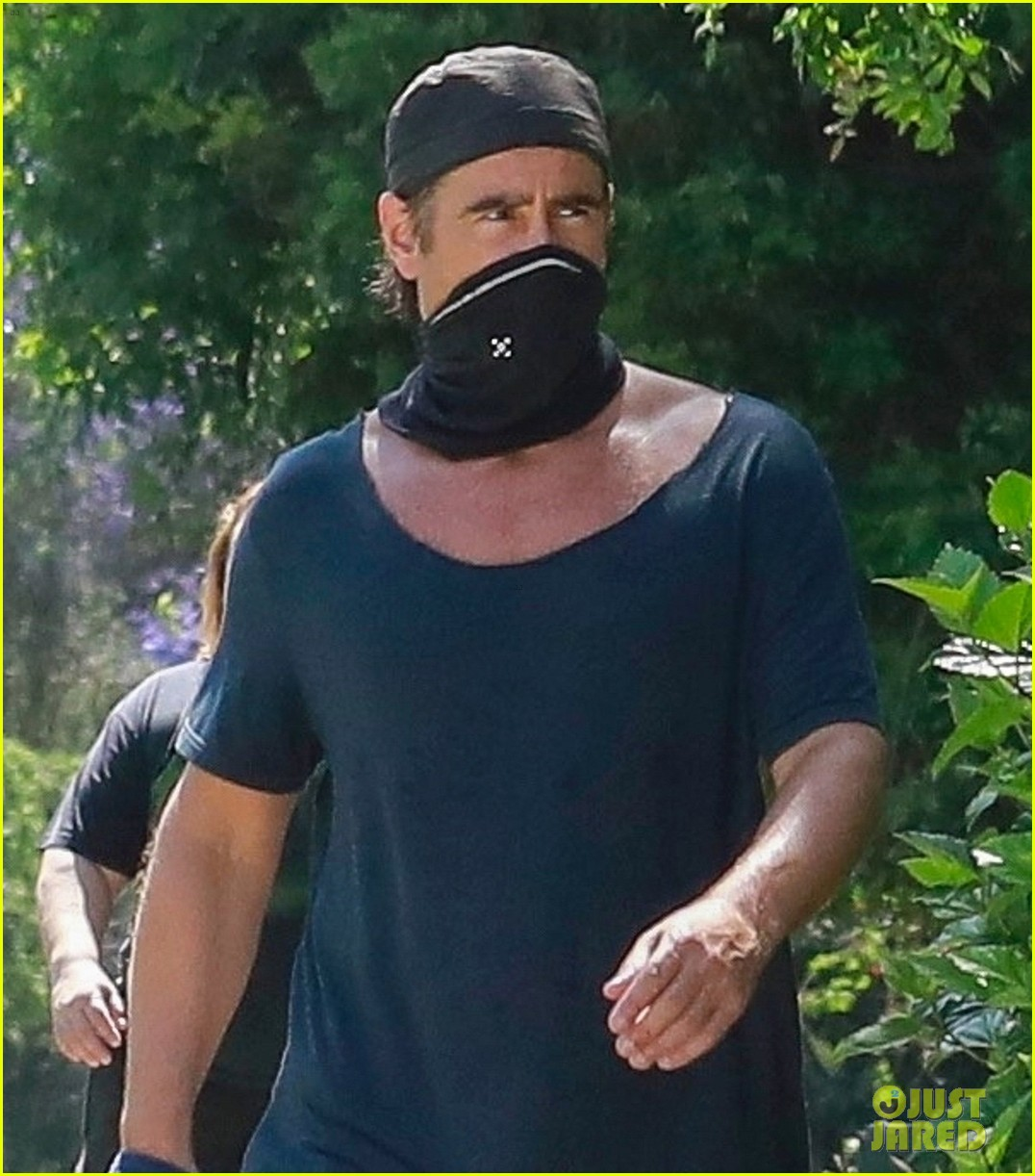 colin farrell walk with his dog 024460362