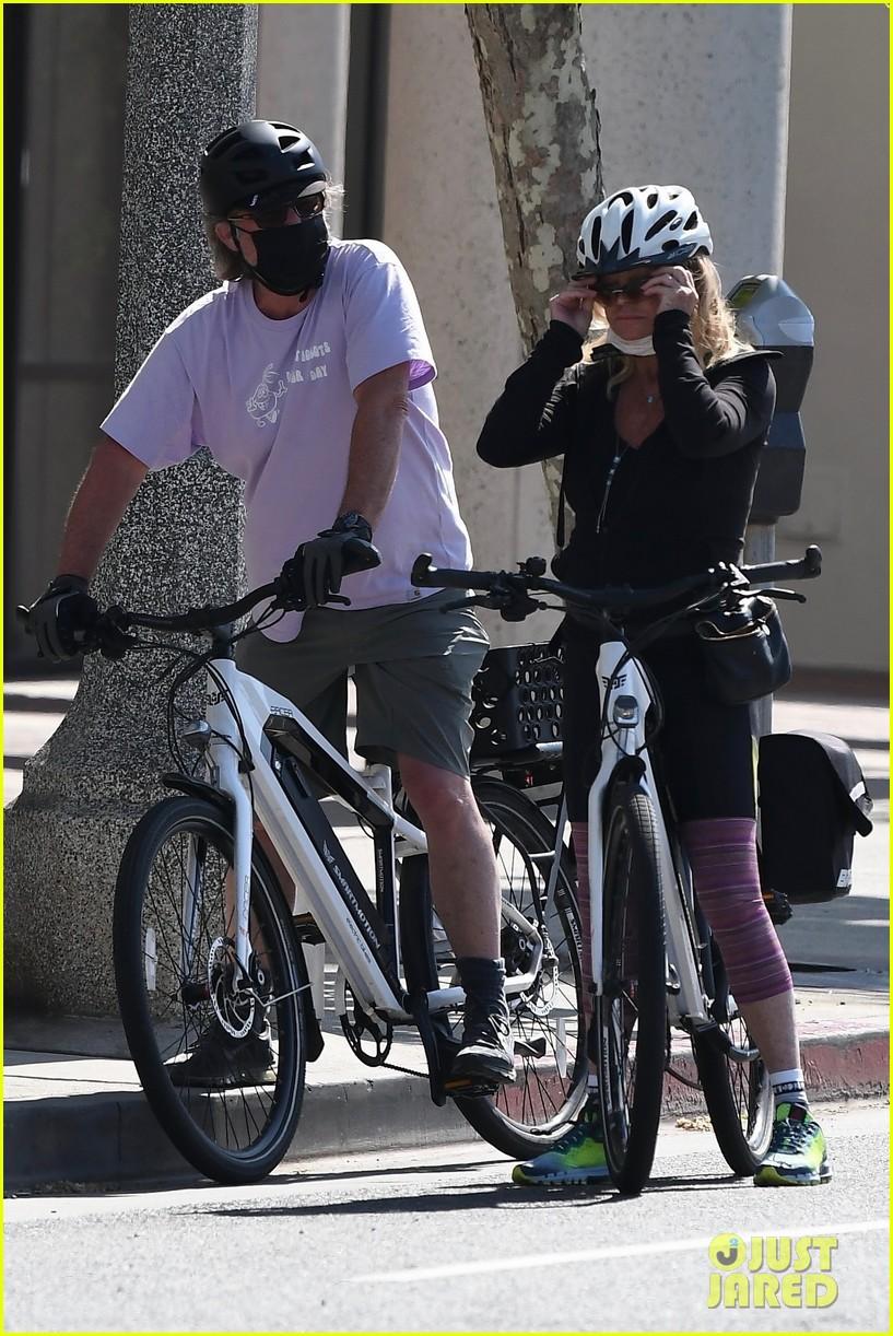 goldie hawn kurt russell mothers day bike ride 054458664