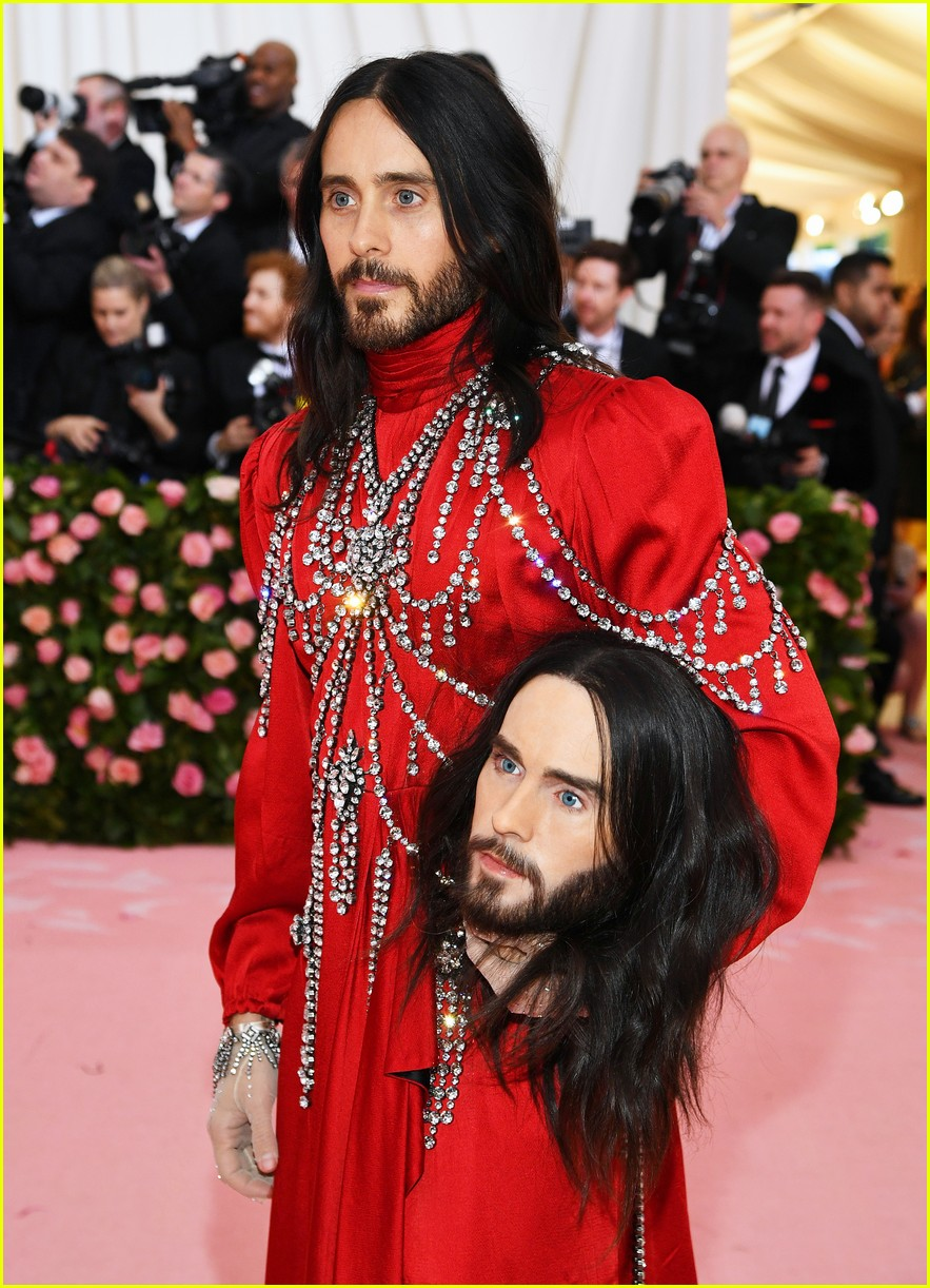 Mindy Kaling Recreates Jared Leto S Two Headed Met Gala Look With A Tarp Lights Packing Tape Photo 4457170 Jared Leto Met Gala Mindy Kaling Pictures Just Jared