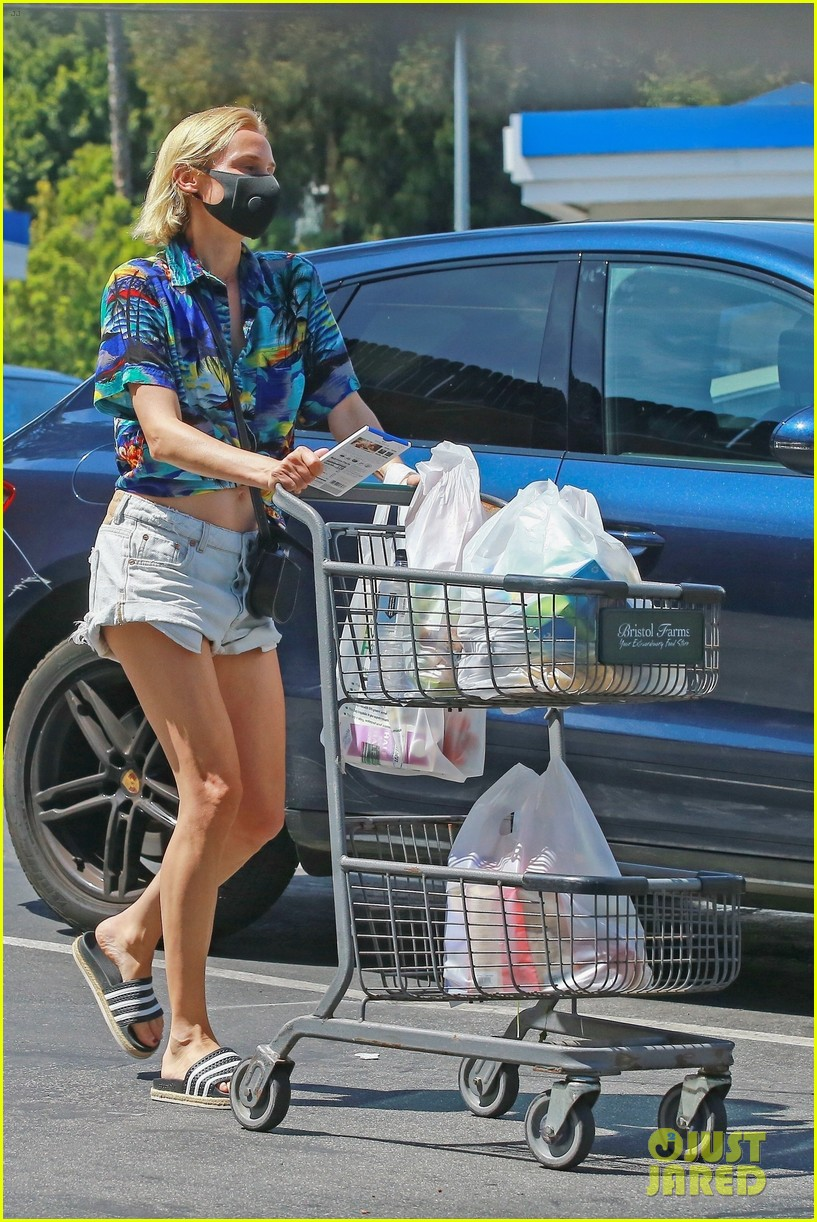 diane kruger shows off midriff grocery store run 034459899