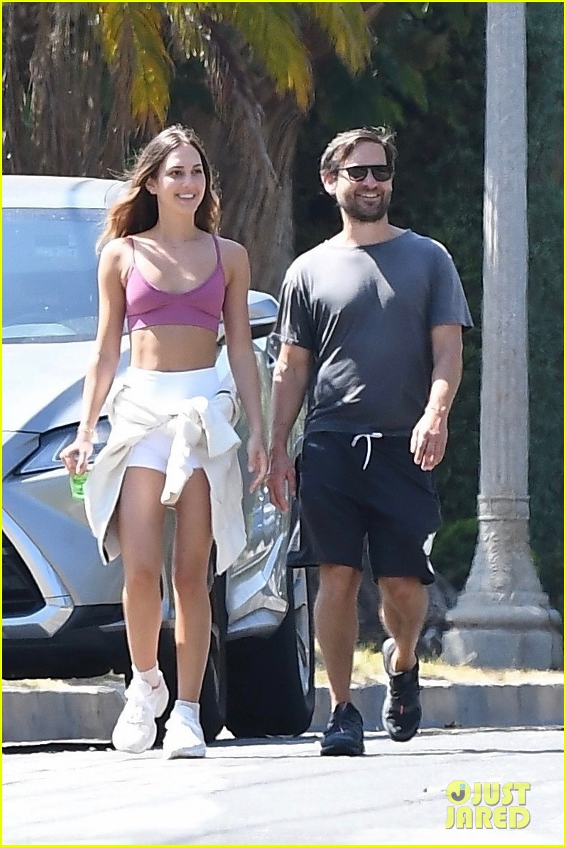 tobey maguire tatiana dieteman all smiles afternoon walk 054458650
