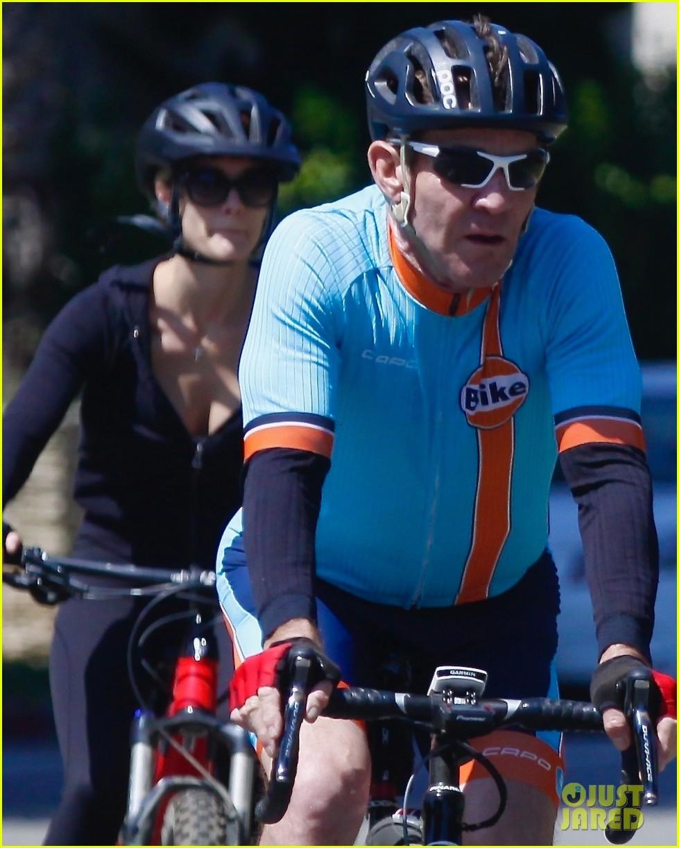 dennis quaid goes for bike ride fiancee lauren 024457643