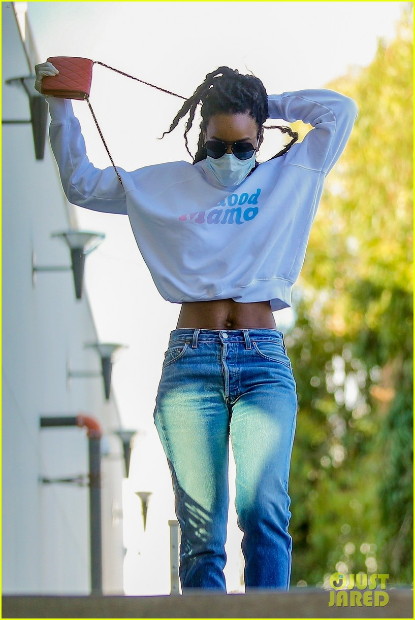 kelly rowland flashes her fit midriff grocery store 014461096