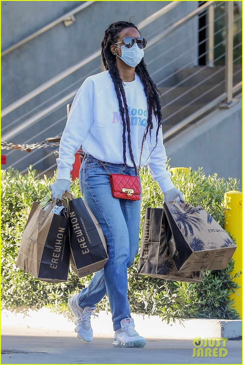 kelly rowland flashes her fit midriff grocery store 054461100
