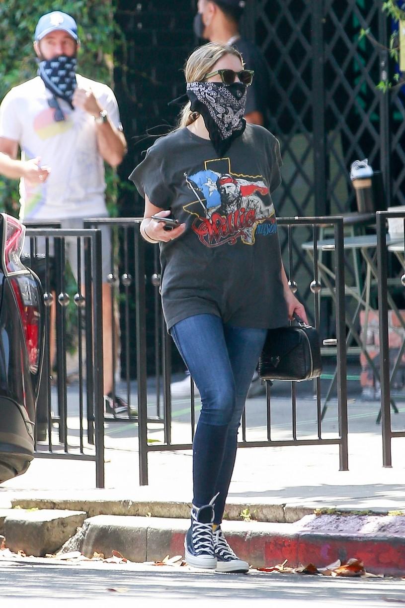 ashley benson bandana mask food go 044463271