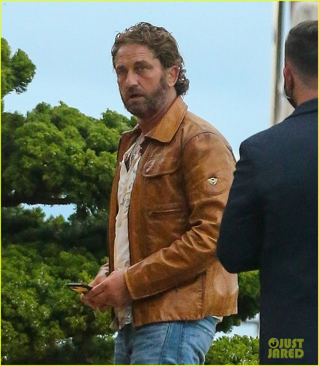 gerard butler goes out for dinner 024466349