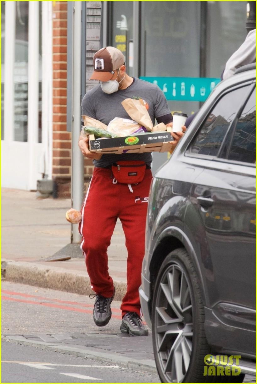 tom hardy picks up food 034461715
