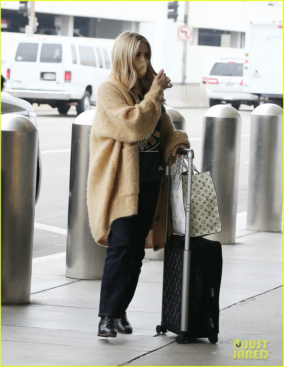 emma roberts garrett hedlund airport after pregnancy news 044465585