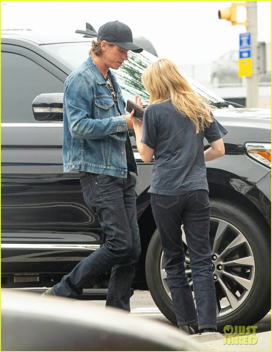 emma roberts garrett hedlund airport after pregnancy news 054465586