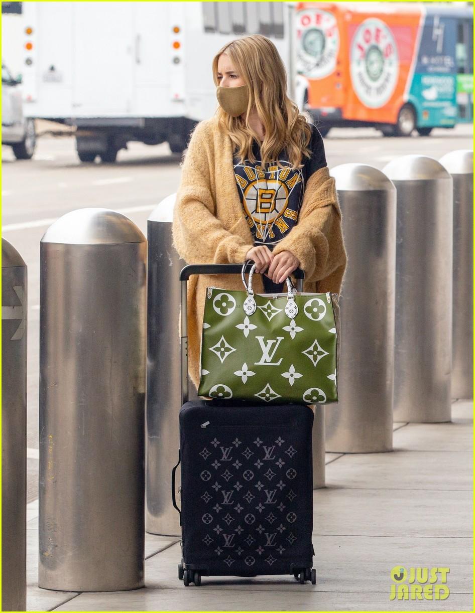emma roberts garrett hedlund airport after pregnancy news 084465589