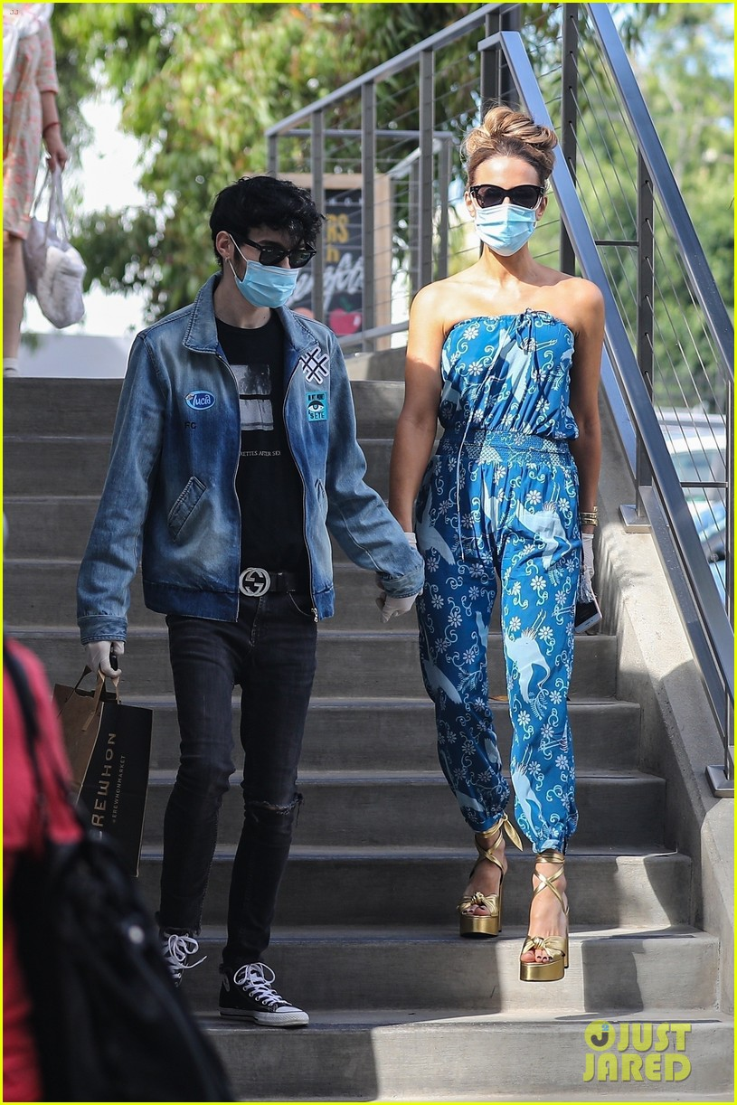 kate beckinsale goody grace hold hands shopping in santa monica 014471136